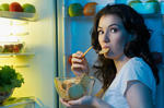 a-hungry-girl-opens-the-fridge_111599705